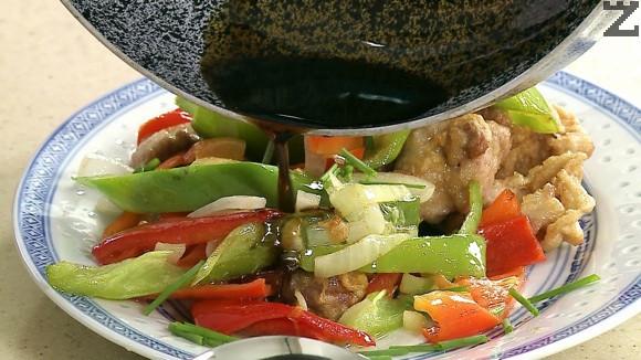 В чист малък тиган се загрява виното заедно със захар и тъмен соев сос. Варят се за минута докато се сгъстят. С този сос се поливат месото и пиперките.