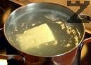 Приготвяме маслена заливка от останалия около 4 ч.ч. пилешки бульон и другата половина от маслото. Загряваме на котлона докато маслото се разтопи.