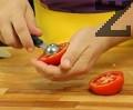 Отрязваме 1/3 откъм долната част на доматите и издълбаваме семето.