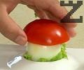 Поставяме така оформената гъбена шапка върху яйцето.