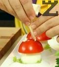 Напълваме пош с майонеза, правим точици върху доматената шапка. Поръсваме основата на чинията с морска сол на кристали.