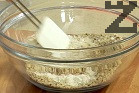 Смиламе лешниците на фин прах. Поставяме ги в дълбока купа, прибавяме предварително пресятото брашно и бакпулвера. Поръсваме с щипка сол, разбъркваме.