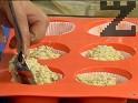 Печем в хартиени формички за печене, които поставяме в силиконови форми ма мъфини. Пълним с по 1 пълна с.л. от сместа. Печем на 180 градуса за 35 мин. Изчакваме да изстинат и отстраняваме хартиената опаковка.