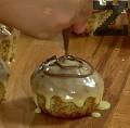 Разтопяваме и кафявия шоколад при същата температура. Поставяме го в пош и правим 3 окръжности по повърхността на кексчето.