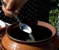 Прибавяме подправките и настърганите домати, поливаме с олио и 100-200 мл вода. Похлупваме и печем на 200 градуса около 2 часа.