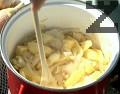 апържваме го до омекване, добавяме нарязаните на филийки картофи. Запържваме за кратко и връщаме обратно пилешкото месо.