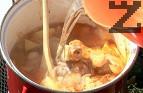 Поръсваме с червен пипер, прибавяме настъргания домат. Поливаме с топла вода колкото да се покрият продуктите.