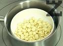 Разтопяваме на водна баня белия шоколад. Прибавяме към сместа заедно с разбитата студена сметана и разтопения желатин. Разбъркваме добре.
