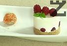 Поставяме в чиния за сервиране, декорираме с няколко малини и листенца мента.