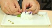 В чиния за сервиране поставяме метален ринг, който напълваме с охладения тартар. Притискаме добре и отстраняваме ринга. Декорираме с 5-6 точици уасаби и струйка от майонезата, а върху тартара поставяме цвят от лавандула, листа рукола и розмарин.