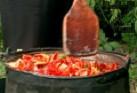 Варим докато омекнат чушките и поизври течността. Смиламе ги с машинка, така че да се отстранят люспите и семките от доматите и чушките.