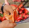 Почистваме и нарязваме чушките и доматите. Поставяме ги в дълбок казан на огъня.
