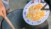 Задушаваме нарязания на кубчета лук заедно с настърганите моркови, като поливаме с 200 мл вода.