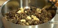 В сгорещения зехтин поставяме охлювите и пасирания чесън.