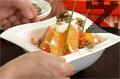 Аранжираме салатата със сметановия крем, поръсваме стафиди и орехови ядки. Декорираме салатата с див лук.
