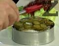 В чиния за сервиране поставяме лист зелена салата, до който в широк метален ринг редим на пластове по няколко парчета картофи, охладен език, лук, кисели краставички. Завършваме с 2 с.л. от овкусеното доматено пюре. Вместо индивидуален ринг, може да използваме форма за торта. Оставяме мезето да прест