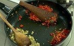 Наситняваме сушения домат и го добавяме към частта с доматите. В друга част на съда поставяме наситнения патладжан, към който прибавяме нарязаната смокиня. Задушаваме компонентите за още няколко минути.
