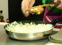 Прибавяме царевицата и ориза, поръсваме с щипка сол. Разбъркваме всички съставки за кратко на умерен огън, като притискаме, за да се запържи и ориза. В чиния за сервиране поставяме част от оризовата плънка, а отгоре пържола, която поливаме с гъбения сос.
