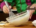 В дълбока купа поставяме млякото и яйцата. Разбъркваме добре с готварска тел, посоляваме, постепенно добавяме брашното. Разбиваме докато се получи гладка смес с гъстота като за палачинки.