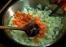 Запържваме нарязаните на дребни кубчета лук и моркови.