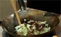 Приготвяме заливката. В купа смесваме тъмен соев сос, сос от стриди и нишесте. Наливаме студена вода и разбъркваме. В олиото, в което сме пържили нудълс, запържваме селъри, кромид лук и чесън, нарязан на ситно. Изваждаме ги от тигана и в същата мазнина слагаме зелето, нарязано на фини ивици и накис