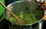 Запържваме докато зеленчуците поомекнат.