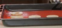 Поставяме тестените кръгове в тавата, на дъното на която има хартия за печене. Печем в загрята на 180 градуса фурна за не повече от 8-10 мин. Оставяме бисквитите да изстинат.