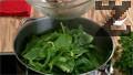 Бланшираме пресен спанак за 1 минута във вряла вода, в която сме добавили 1-2 щипки сол и 1-2 щипки захар. Охлаждаме спанака със студена вода и го отцеждаме.