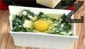 Изсипваме сместа в подходяща форма за печене. Правим кратерче, чукваме едно яйце и поръсваме настърган кашкавал, за да направим венец. Запичаме до златисто във фурна загрята на 180 градуса около 10-12 минути. Може и в голяма тава да се приготви ястието и тогава се счупват останалите яйца.