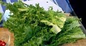 В дълбока купа поставяме нарязаната на едро вътрешна част от листата на салатата Фризе.