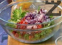 Нарязваме на дребни кубчета всички зеленчуци и ги прибавяме към салатата.