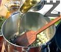 Приготвяме рибния бульон. Нарязваме на кубчета лука и го запържваме в сгорещено олио. Добавяме смачкания чесън и наситнените листа от целина и естрагон. Добавяме черупките на речните раци и скаридите към лука, а месото запазваме за потажа. Поливаме с 50-100 мл гореща вода, за да се задушат съставкит