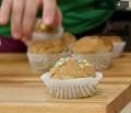 Намазваме кексчетата с глазурата и овалваме в захарни конфети.