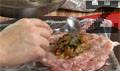 Начукваме го и нанасяме от охладената плънка в средата на получената пържола.