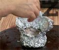 Увиваме месото на топка и го загъваме в алуминиево фолио, като оставяме отвор, за да оформяйки купичка. Наливаме бяло вино, поръсваме маково семе и добавяме парче масло. Запичаме във фурна, загрята на 190 градуса около 15-20 минути.