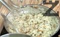 Приготвяме гарнитурата. Добавяме масло и сварения див ориз към останалата плънка. Сотираме закратко, посоляваме и разбъркваме. В чиния правим венец от ориз. Поставяме в центъра изпеченото до златисто бутче. Декорираме със стрък пресен майоран.