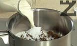 В малка тенджерка загряваме маслото. Поставяме кафявата и бялата захар, прибавяме сметаната. Варим в продължение на 5 мин., като разбъркваме непрекъснато.