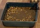 Прехвърляме сместа в намазнена тава. Изчакваме сладкиша да изстине на стайна температура, след това режем на парчета.