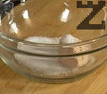 В купичка поставяме маята, захарта и солта. Разбъркваме добре, като поливаме с около 50 мл вода.