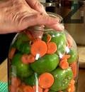 Прибавяме половината от нарязаните на колелца моркови. Подреждаме другата част от камбите и след това останалите моркови.
