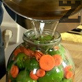 Поливаме горещата саламура върху зеленчуците. Похлупваме с капак. След като саламурата изстине, изливаме течността в тенджерата и разтваряме аспирина или натриевия бензоат. Отново наливаме в буркана. Похлупваме и в продължение на 1 седмица всеки ден изливаме течността от буркана и после отново я н