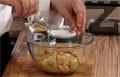 Почистваме гъшия дроб от ципите и го мариноваме в коняк и олио от трюфели. Прибавяме стафиди, поръсваме със сол и индийско орехче.
