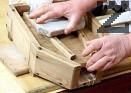 Прехвърляме заедно с тензухената кърпа в дървено съндъче или друг съд, поставен под наклон. Притискаме сиренето с тежък капак и камък. Отцеждаме суроватката, която можем да ползваме за направа на извара.