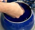 Намазваме вътрешността на касерола със скилидката чесън. Поставяме върху спиртен котлон или на най-ниската степен на електрически котлон, загряваме.