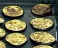 Печем в силно сгорещена на 200 градуса фурна за 8-10 мин., след което обръщаме и запичаме от другата страна. Намазваме с малко количество маслинена паста, която приготвяме, като в купа пасираме всички съставки.