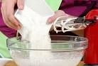 Прибавяме предварително пресятото брашно, бакпулвера и ваниловата есенция.