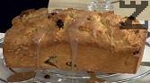 Изваждаме сладкиша от тавата и докато е още горещ, го поливаме с глазурата. Оставяме кекса да се охлади и сервираме.