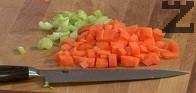 Изваждаме месото, прибавяме в бульона нарязаните на кубчета моркови и втория стрък целина.