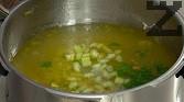 Връщаме обратно накъсанато месо и поръсваме с наситнените листенца магданоз.