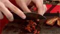 Добавяме босилек, нарязан на ситно и сушени домати.